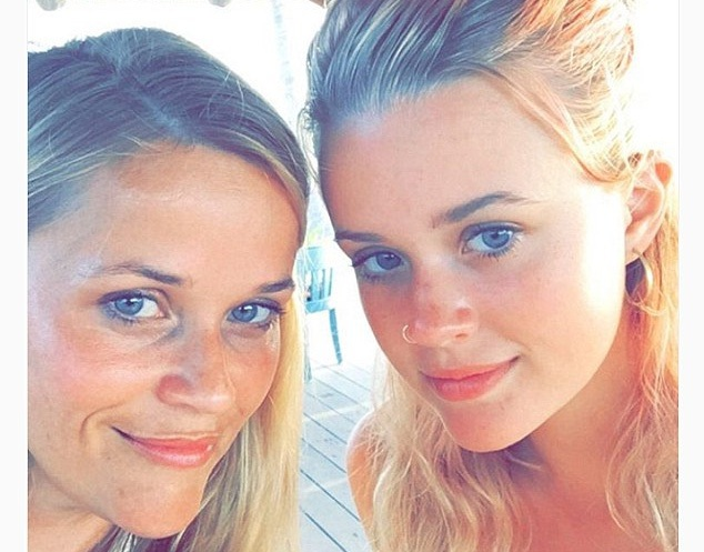 Reese Witherspoon (40 tuổi) và con gái lớn, Ava (16 tuổi)