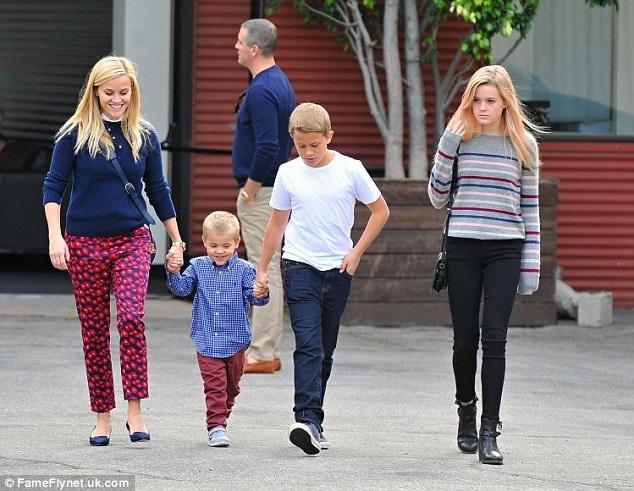 Reese Witherspoon hạnh phúc bên ba đứa con, hai trai và một gái.