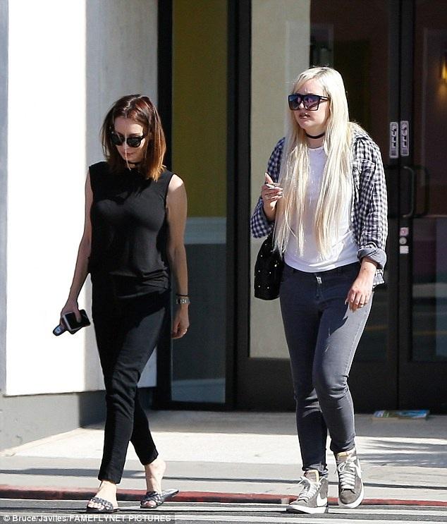 Ngôi sao mắc bệnh tâm thần Amanda Bynes (phải) tái xuất sau một thời gian dài ở ẩn vào ngày 10/7.