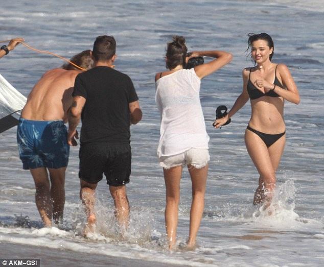 Miranda Kerr có kinh nghiệm trong những buổi chụp hình áo tắm dù cô đã chia tay vị trí thiên thần nội y của Victorias Secret từ vài năm nay.