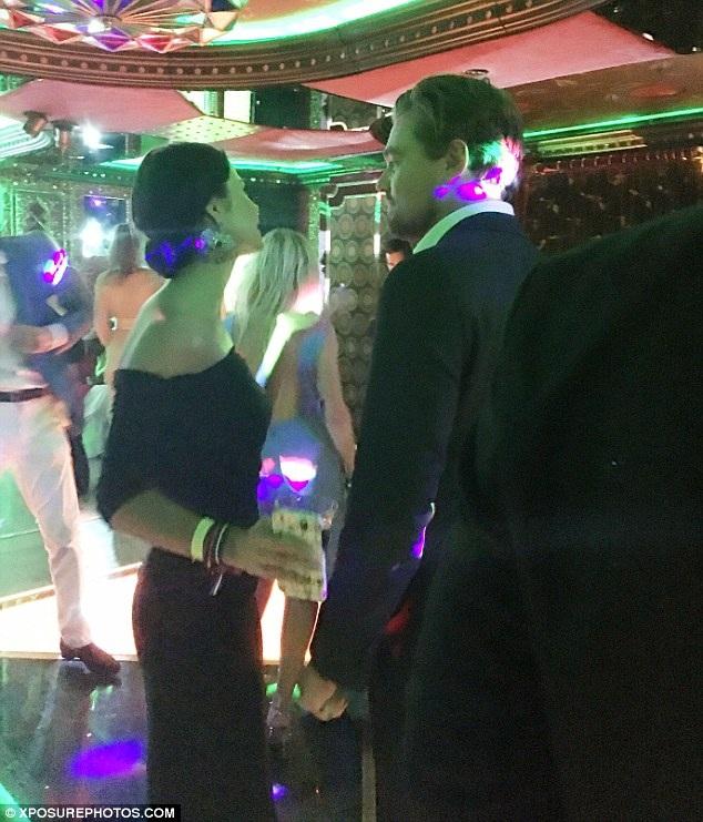 Leonardo Di Caprio đã lọt vào tầm ngắm của giới săn tin khi đang trò chuyện khá thân thiết với một cô gái tóc nâu mà anh gặp tại buổi gây quỹ từ thiện ở St Tropez, ngày 22/7.