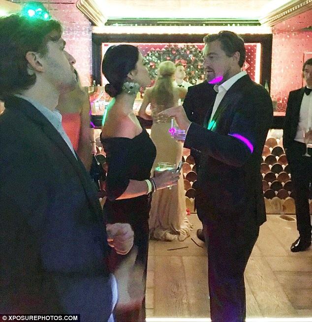 Vừa khoe bạn gái siêu mẫu, Leonardo DiCaprio lại tán tỉnh gái lạ - 8