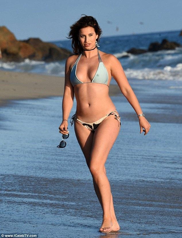 """Ferne McCann hiện đang ghi hình cho chương trình """"This Morning"""" tại Ý cùng người đồng nghiệp Vicky Pattison. Tuy nhiên, cô vẫn tranh thủ nghỉ ngơi, thư giãn và đi dạo trên bãi biển thơ mộng."""