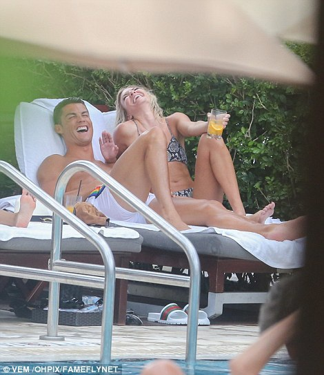 C.Ronaldo và Cassandre Davis vui vẻ trò chuyện khi cùng nằm sưởi nắng bên hồ bơi. Cặp đôi bắt đầu hò hẹn khoảng vài tuần nay và quấn quýt không rời.