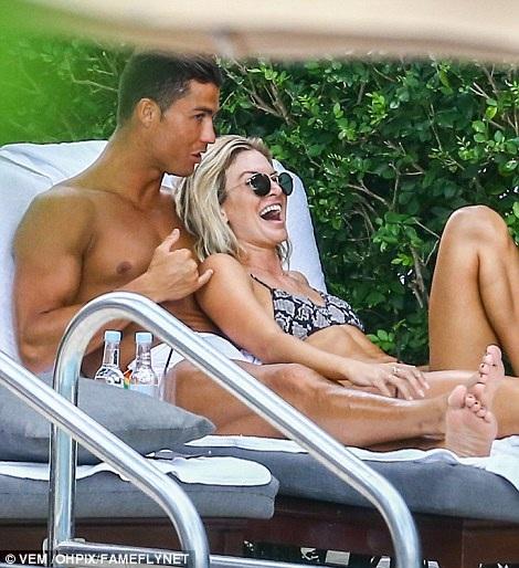 """Nhan sắc rực lửa của mỹ nhân đang """"chiếm trọn"""" trái tim C.Ronaldo - 22"""