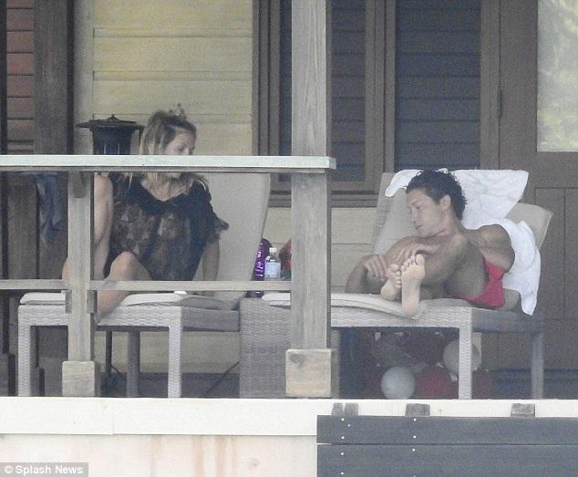 Cặp đôi nghỉ tại vila cao cấp, địa điểm từng được dùng để quay phim về điệp viên 007.