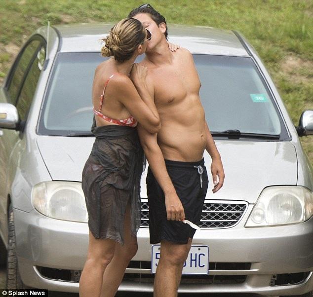 Siêu mẫu xinh đẹp vòng tay ôm bạn trai kém cô tới 13 tuổi và hôn anh say đắm khi hai người chuẩn bị lên đường tới địa điểm ngắm thác nước.