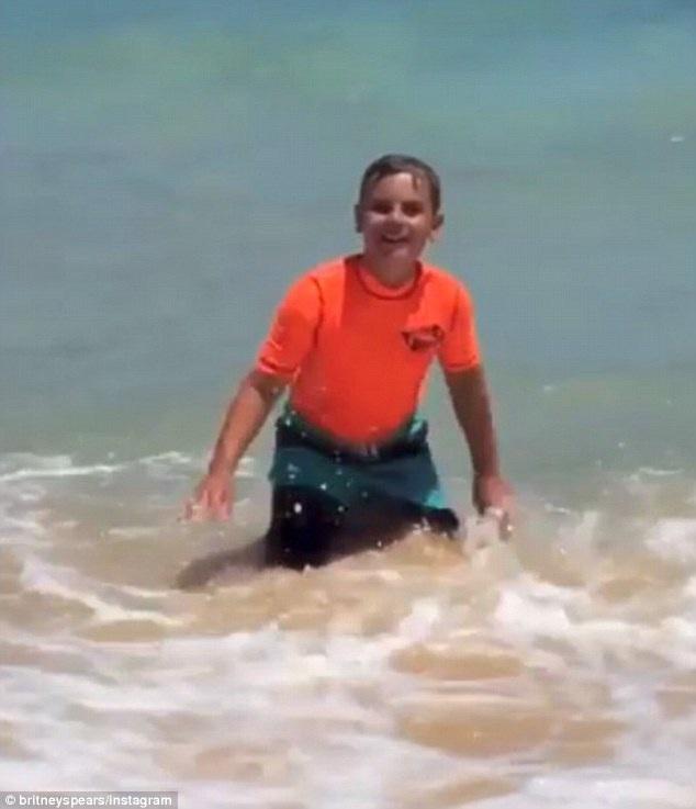 Cậu con trai 10 tuổi Sean của Britney Spears đang vui đùa với những con sóng.