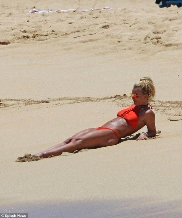 Britney Spears khoe dáng săn chắc trên bãi biển - 10