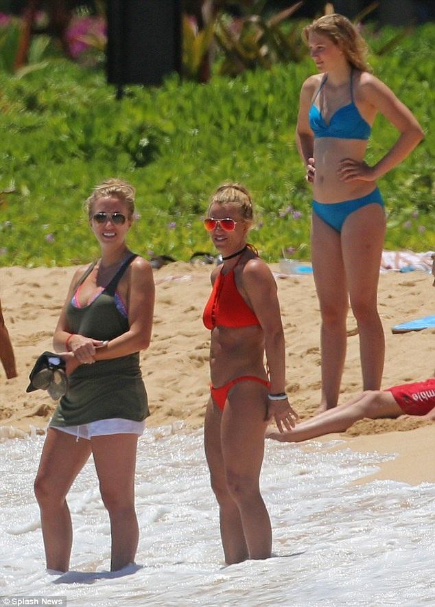 Britney ngày càng trẻ đẹp và khỏe khoắn nhờ chế độ tập luyện nghiêm túc và ăn uống khoa học. Cô cũng từ bỏ những thói quen như hút thuốc, uống rượu...