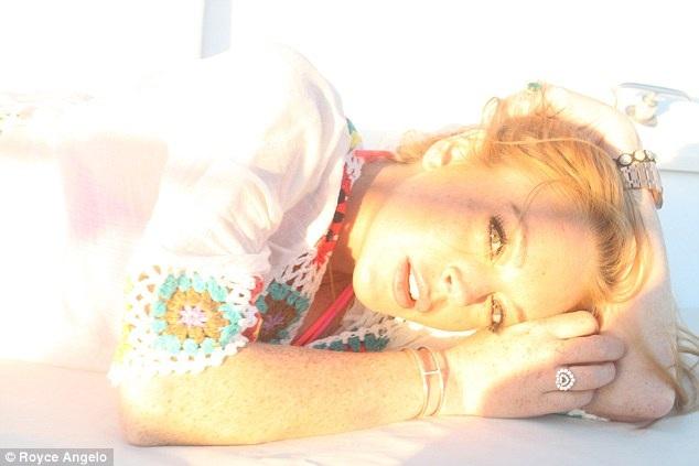 Hậu bị bạo hành, Lindsay Lohan mỉm cười dũng cảm bên bạn bè - 3