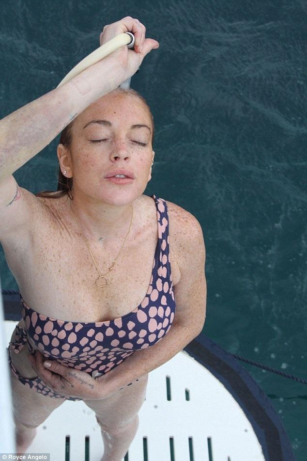 Lindsay Lohan từng khoe cô mang bầu trong tối tranh cãi với chồng tương lai, nhưng dáng vóc của cô hiện tại khá thon thả.