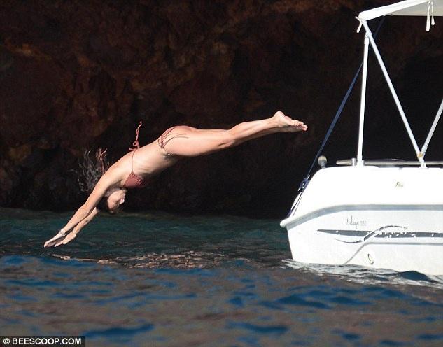 Nữ ca sĩ nổi tiếng tạo dáng tuyệt đẹp khi lao mình xuống nước.
