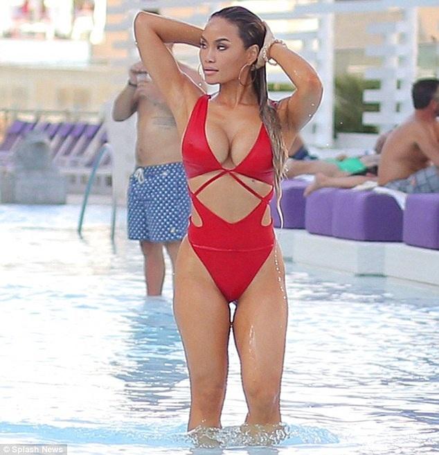 Daphne Joy đang đi nghỉ tại Las Vegas cùng một nhóm bạn. Cô đang cố gắng tìm cân bằng trong cuộc sống sau 2 tháng chia tay với chàng ca sĩ Jason Derulo.