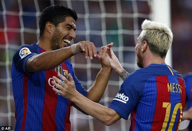 Messi và Luis Suarez, hai nhân vật trung tâm ở trên sân