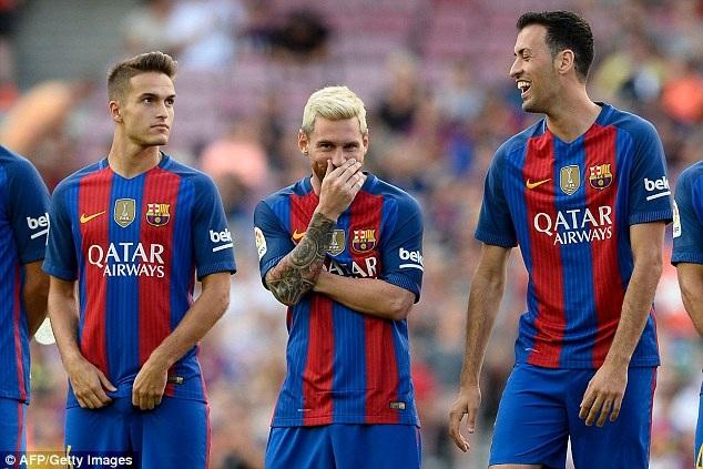 Các cầu thủ Barcelona vui vẻ sau khi nhận giải