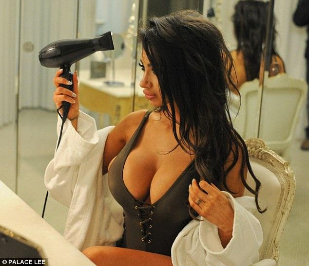 Mỹ nhân của chương trình Celebrity Big Brother vừa thực hiện một bộ hình nóng bỏng và khiêu khích với áo tắm. Vòng một luôn là lợi thế của người đẹp 25 tuổi.