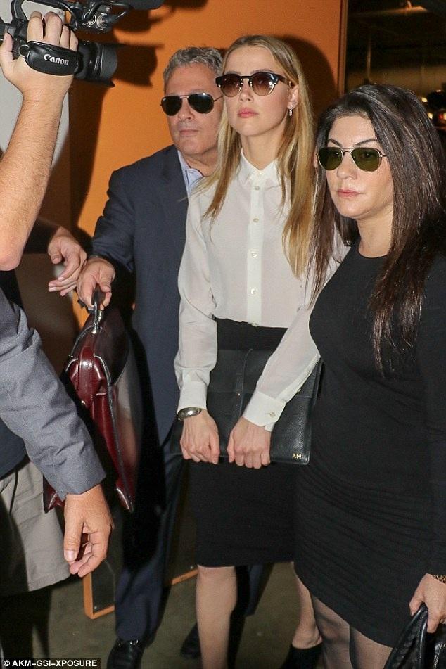 Amber Heard cho rằng, Johnny Depp cố tình kiếm lợi và hưởng ưu đãi tài chính từ khoản tiền bù đắp cho vợ cũ sau khi hai người chia tay.