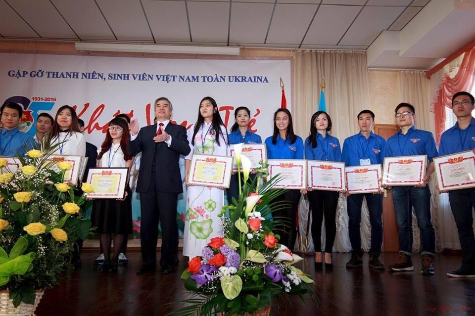 Trần Phương Anh nhận bằng khen của Đại sứ Việt Nam tại Ukraine Nguyễn Minh Trí. (Ảnh H.L)