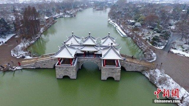 Nước sôi hắt ra hóa băng trong cái rét cực độ ở Trung Quốc - 4
