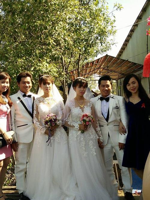 Chị Cẩm Tiên- chị họ của hai chú rể (váy xanh) chia sẻ về lễ cưới độc, lạ này