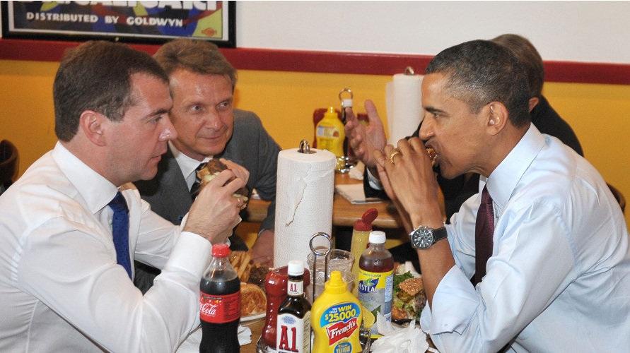 Ông Obama (phải) và ông Medvedev (trái) ăn burger tại một quán ăn ven đường.