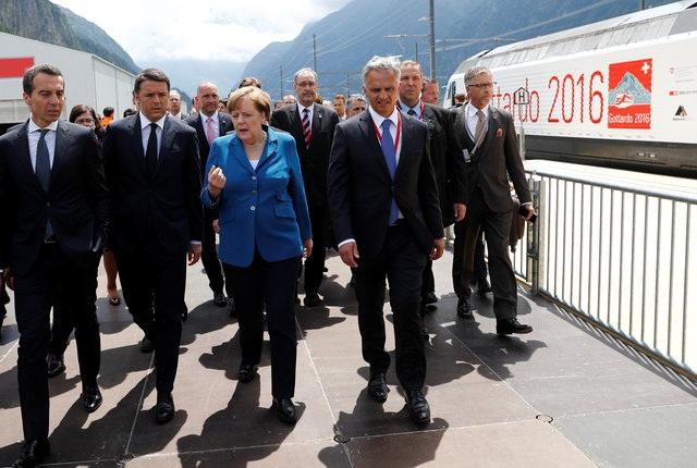 Thủ tướng Đức Angela Merkel (áo xanh) tham dự buổi lễ.