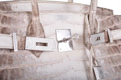 Được làm từ da cá sấu ở sông Nile và phần cứng được mạ vàng trắng 18-karat và đính kèm hơn 240 viên kim cương.