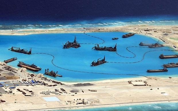 Trung Quốc bồi đắp phi pháp ở dá Chữ Thập thuộc quần đảo Trường Sa của Việt Nam. (Ảnh: EPA)