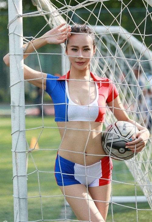 Hot girl lai khoe chân dài miên man ủng hộ tuyển Pháp - 4