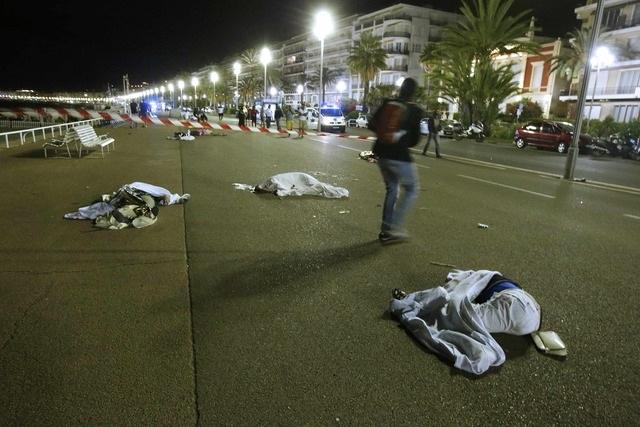 Các nạn nhân nằm la liệt tại hiện trường (Ảnh: Reuters)