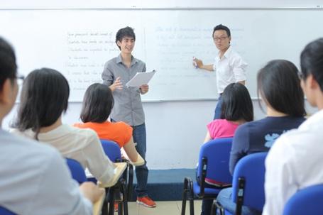 """Trong năm học thứ 2 và thứ 3, phương pháp """"Học bằng trải nghiệm"""" luôn luôn được áp dụng, giúp mỗi lớp học vận hành như một công ty thực thụ. Các em được thử sức làm CEO, làm trưởng phòng… để thực hiện các dự án sinh lợi nhuận."""
