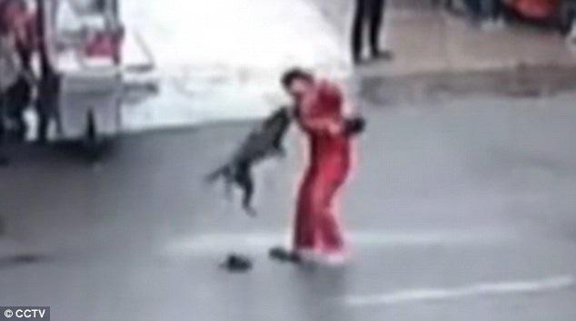 Hình ảnh cắt từ video cho thấy con chó đang tấn công người đi đường