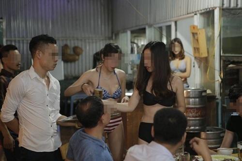 Quán ăn Hà Nội cho nhân viên mặc bikini phục vụ bàn - 4