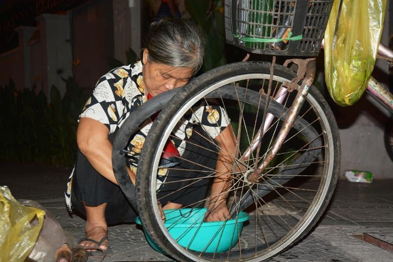 Nghề vá xe ban đêm rất vất vả nhưng tiền công chẳng được bao nhiêu. Bơm xe máy bà lấy 3 nghìn, xe đạp 2 nghìn đồng, vá xe đạp 10 nghìn còn xe máy 15 – 20 nghìn. Ngày đắt thì kiếm được hơn trăm nghìn, ngày không có khách lại chẳng được đồng nào