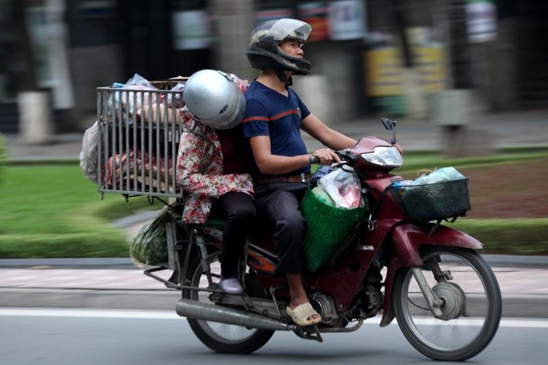 Người phụ nữ này cũng gật gà sau lưng chồng trên đường đến chợ