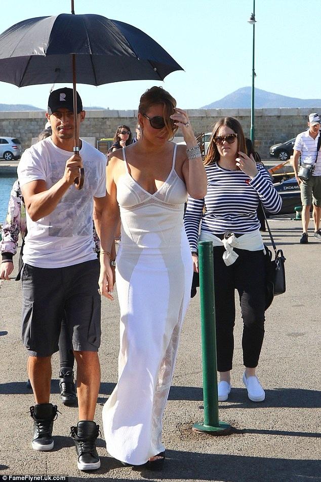 Mariah đang đi nghỉ cùng gia đình tại St Tropez. Cô tranh thủ ngắm cảnh và đi mua sắm.