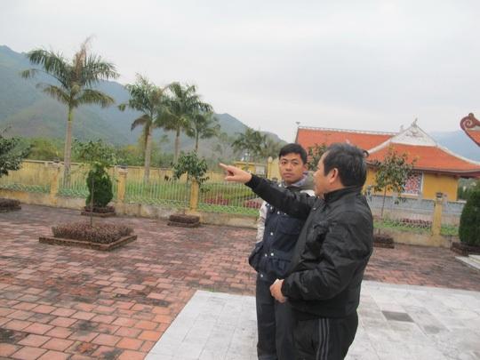 Ông Hoàng Như Lý chỉ một vị trí có 7 chiến sĩ hy sinh vào ngày 17-2-1979 (Ảnh: Văn Duẩn)