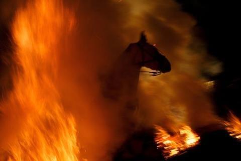 Lễ hội cưỡi ngựa qua lửa có một không hai ở Tây Ban Nha - 4