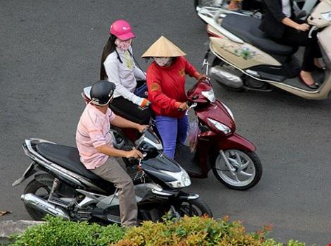Các cô gái mại dâm trang điểm ngay ngoài đường, lượn lờ trên đường Nguyễn Chí Thanh kiếm khách. Ảnh: Hoàng Giang - HT