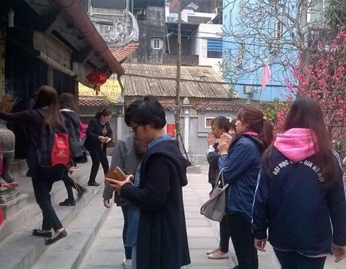 Càng về chiều các bạn trẻ đến chùa càng đông.