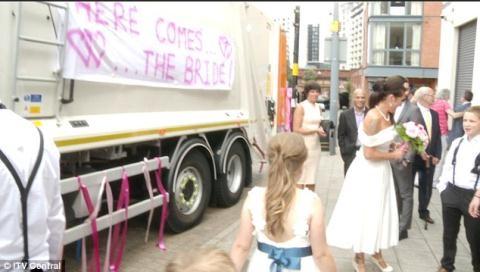 Cô dâu gây sốc vì dùng xe chở rác làm xe hoa - 4