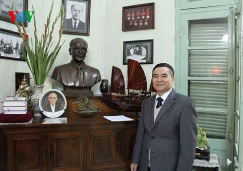 Đại sứ Hoàng Vĩnh Thành bên tượng và ảnh của cố Bộ trưởng Ngoại giao Hoàng Minh Giám - trợ thủ đắc lực của Hồ Chủ tịch trong các cuộc đàm phán với Pháp thời kỳ 1945-1946.