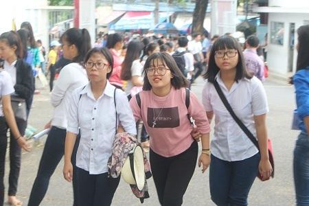Thí sinh dự thi tại điểm thi ĐH Nha Trang háo hức đến sớm làm thủ tục dự thi