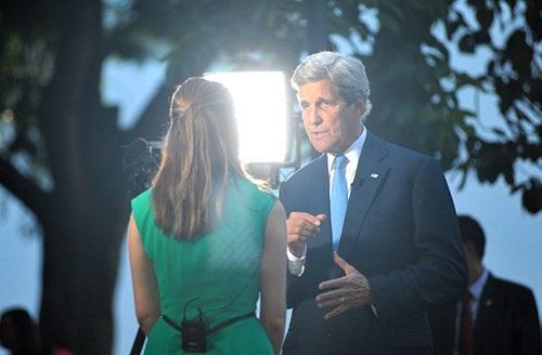 Ngoại trưởng Mỹ John Kerry trả lời phỏng vấn hãng thông tấn bên Hồ Gươm.