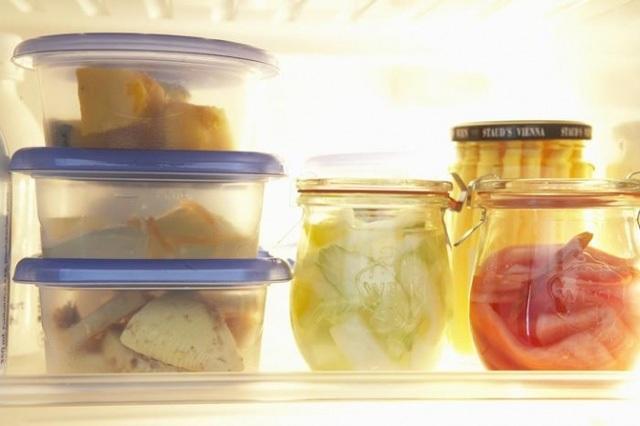 Thủy tinh và sứ giúp cân bằng nhiệt độ trong tủ lạnh tốt hơn là các hộp đựng thức ăn bằng nhựa. (Ảnh minh họa)
