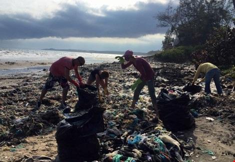 Hàng chục du khách nước ngoài tự nguyện dọn rác ở Mũi Né - 2