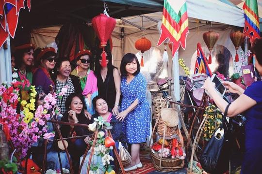 Một số người gốc Việt ở Úc chụp hình bên gian hàng hoa tại lễ hội Tết. Ảnh: SBS Vietnamese