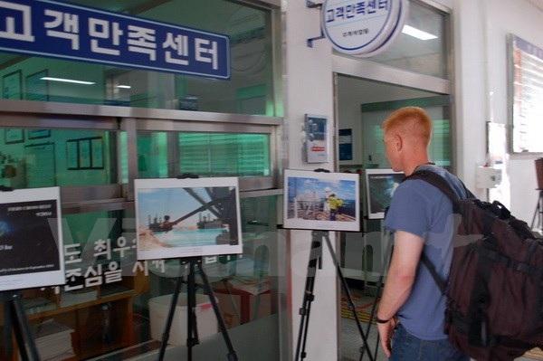 Du khách quốc tế thăm quan triển lãm. (Ảnh: Phạm Duy/Vietnam+)