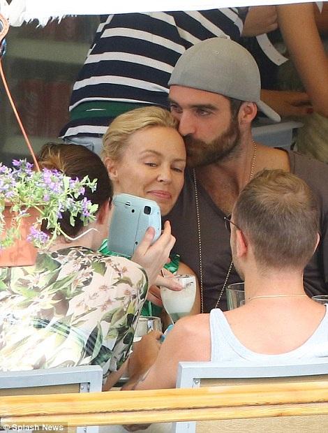"""Có thông tin cho hay, đầu tháng 6 vừa rồi, Joshua và Kylie đã bí mật tổ chức đám cưới tại Hy Lạp sau vài tháng đính hôn. Nam diễn viên 28 tuổi gọi diva nước Úc là """"vợ"""" trong một bức ảnh anh đăng tải trên trang cá nhân kèm theo một bài thơ rất lãng mạn."""